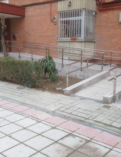 5 BARANDILLA CON PASAMANOS A DISTINTAS ALTURAS Y PILASTRA DE PLETINA