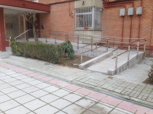 BARANDILLA CON PASAMANOS A DISTINTAS ALTURAS Y PILASTRAS DE PLETINA