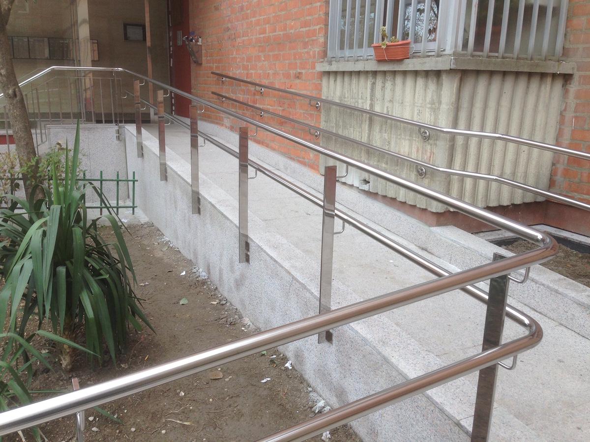 Altura de una barandilla accesorio indicado para aumentar for Altura pasamanos escalera