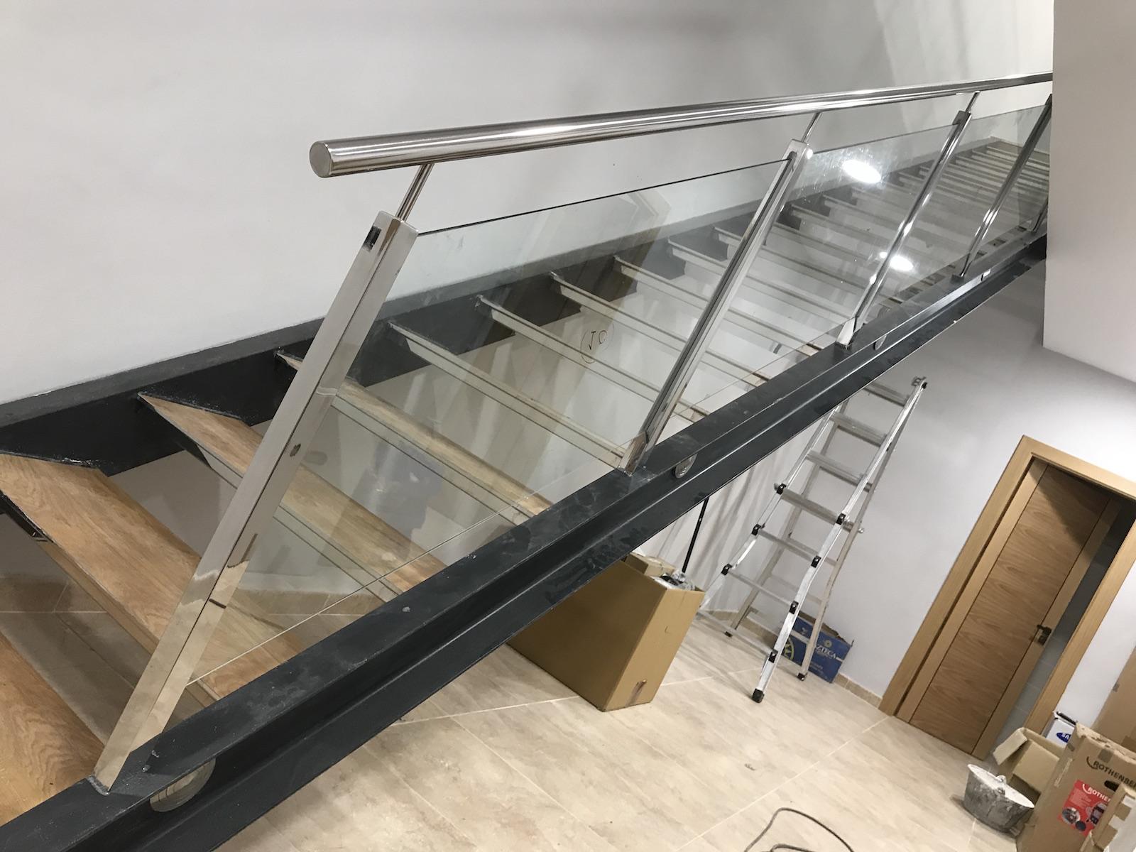 Barandilla de tubo estructural40x40 sobre escalera - Barandilla de escalera ...