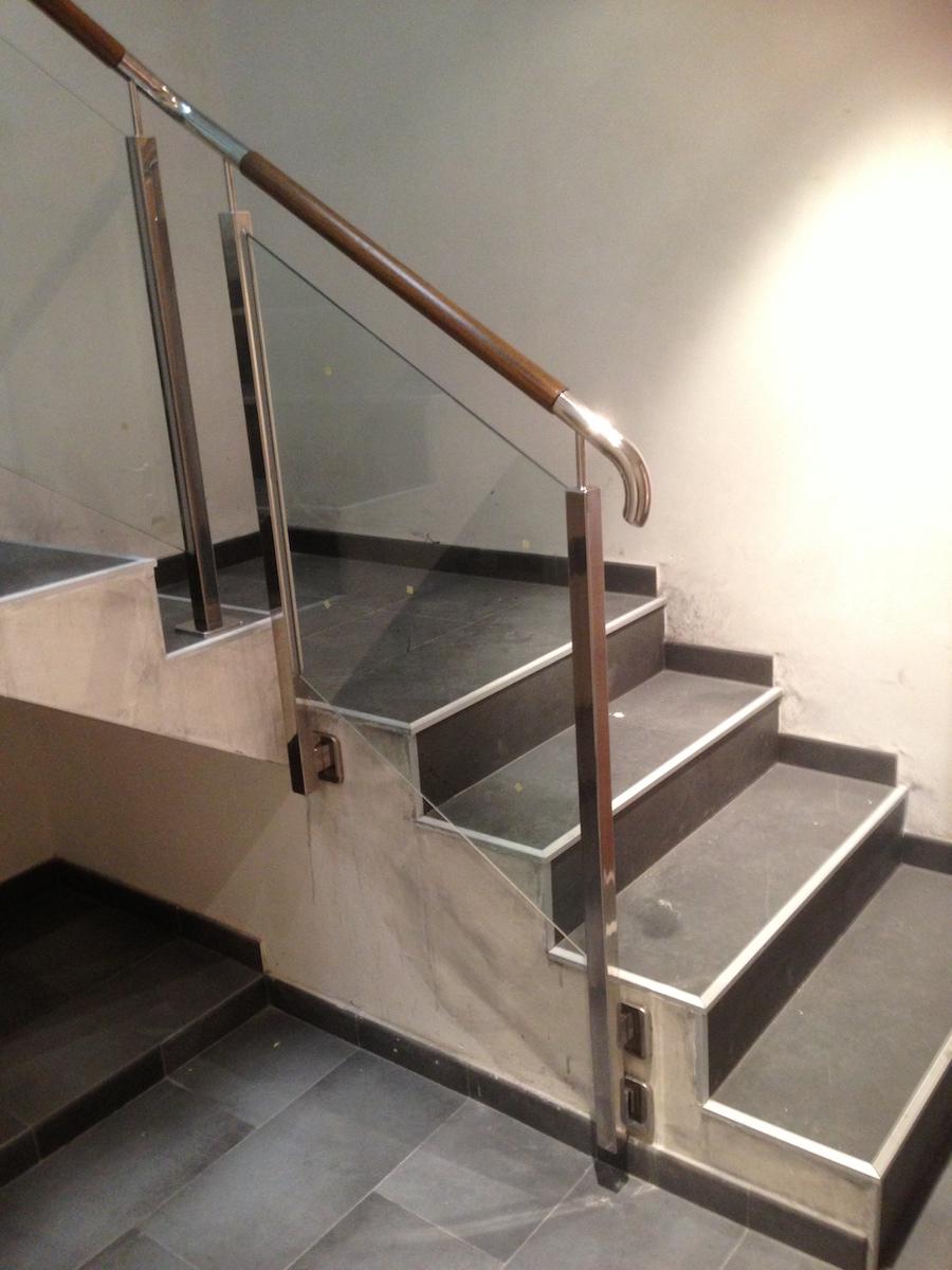 Pasamanos de forja y madera best escalera con peldaos de - Pasamanos de madera para escaleras ...