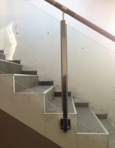 BARANDILLA EN TUBO ESTRUCTURAL 40X40 CON PASAMANOS DE MADERA+INOX (13)