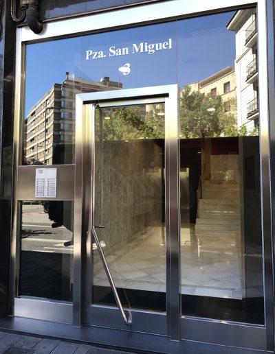 PUERTA DE ACERO INOX SATINADA VOLADA CON MARCO PERIMETRAL - 2