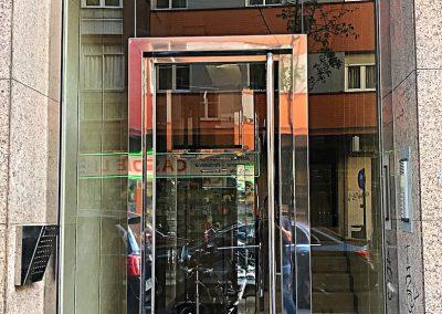 PUERTA VOLADA DE ACERO INOX CON MARCO PERIMETRAL